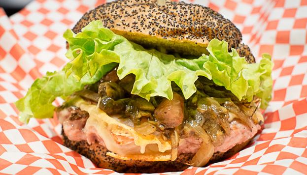 ¿Un hot dog con pan de hamburguesa? Pues sí. Este es el Gran Perro del Perro Bar.