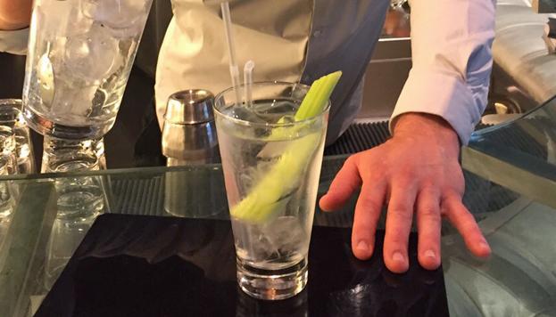 Aunque no lo parezca, sí, esto es un Bloody Mary. Cristalino, eso sí. Lo sirven en el Hotel Urban.