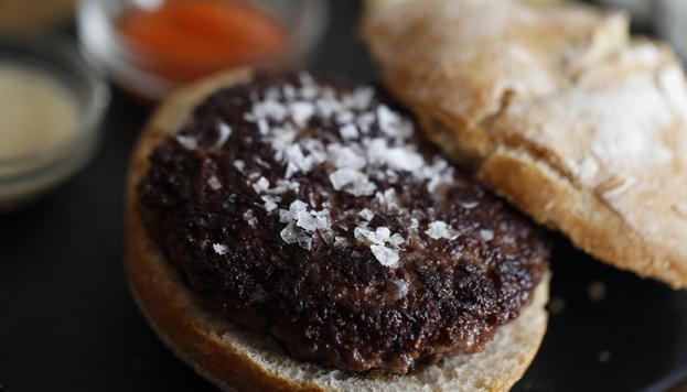 Otra propuesta de la Taberna Pedraza que hay que probar: la hamburguesa de buey.