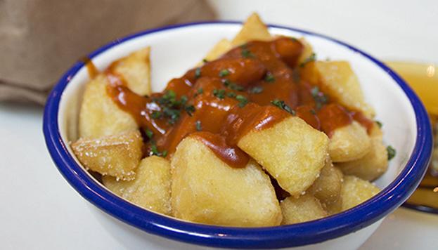 ¡Qué buenas están las bravas de Lovnis! Aquí las ponen salsa tomatera, ligera y picante.