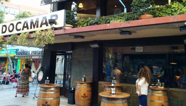 Este es el Docamar, un bar siempre lleno a la hora del aperitivo. Las bravas tienen un buen punto picante.