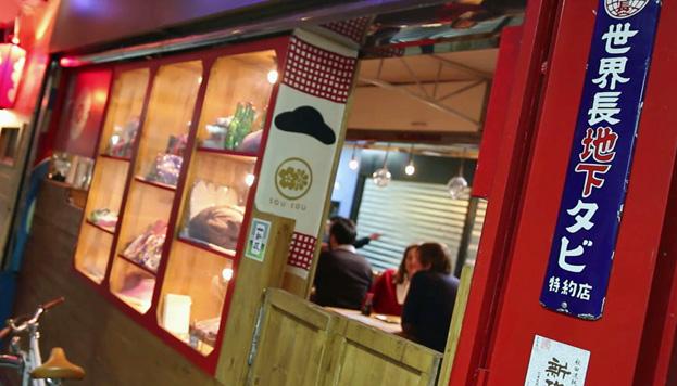 Yoka Lola es un restaurante japonés al estilo de las casas de comida de Tokio.