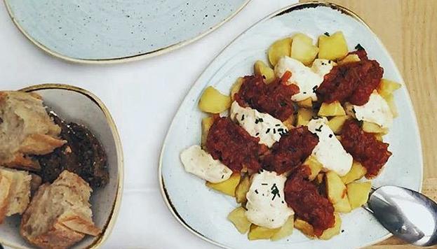 Las bravas de Babelia combinan salsa de tomate picante con mayonesa de membrillo.
