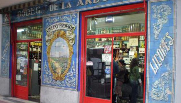 Con salsa de caldo de cocido y pimentón. Así se sirven las bravas en La Ardosa de la calle de Santa Engracia.