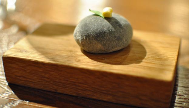 He aquí una genialidad: el mochi de huitlacoche, un plato muy sensual que el chef obliga a tocar.