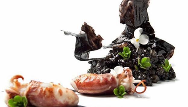 Esta sepieta sobre crema de arroz negro lleva la firma de la televisiva Susi Díaz, del restaurante La Finca (Alicante).
