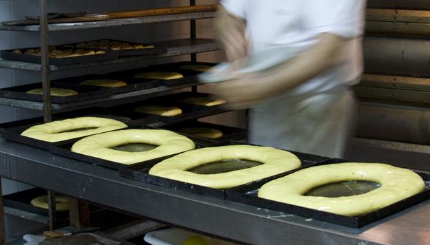 ¡Con las manos en la masa! Así son los roscones antes de degustarlos (©Madrid Destino).