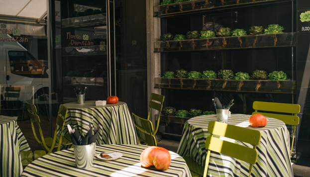 El restaurante cuenta con una terraza acristalada con una pared convertida en un huerto vertical.