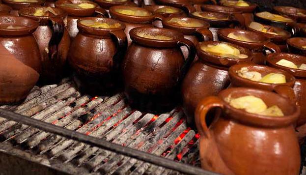 En La Bola el cocido se cocina a fuego lento, en carbón de encina y en pucheros de barro individuales.