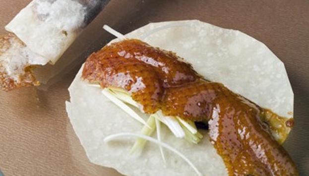 En el restaurante Tse Yang el pato laqueado se toma en crepes chinos, enrollado con verduras y salsa.
