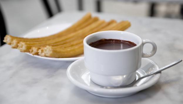 Para desayunar o para la hora de la merienda. No hay nada más típico en Madrid que un chocolate con churros.