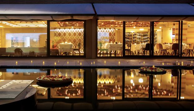 El patio es un lugar mágico, con un lago sobre el que se proyectan de noche imágenes de la ciudad de Benares.