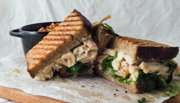En pleno barrio de Conde Duque Crumb ofrece deliciosos sandwiches de autor.