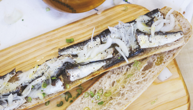 Resultado de imagen de Bocata de sardinas, canónigos, queso