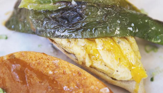 A Juanjo López el bocadillo que mas le gusta de su Porrón Canalla es el de tortilla con pimiento verde.
