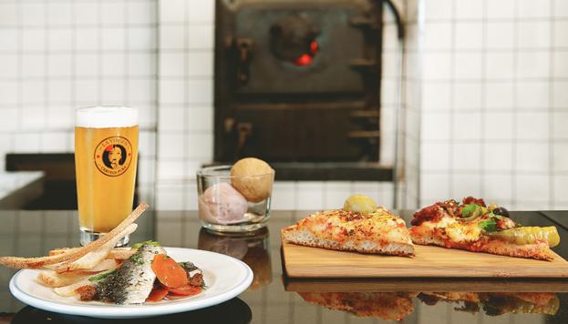 Una buena opción para comer en Picsa es el menú del día, que incluye una porción de pizza.