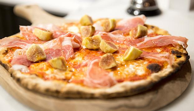 En Premiata Fornería Ballaró no hay que dejar de probar la pizza de jamón, higos y búfala.