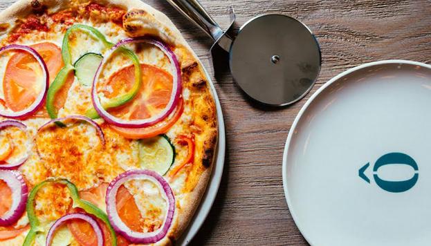 En plena Gran Vía, el Oven Mozarella bar sirve deliciosas pizzas, con masa de tres harinas italianas.