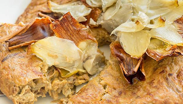 Una última propuesta: la tortilla de alcachofas fritas que triunfa en la carta de Aspen.