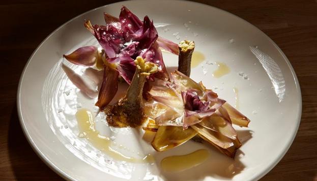 Las alcachofas moradas de Alicante lucen así de bien en el plato de Taberna y Media.