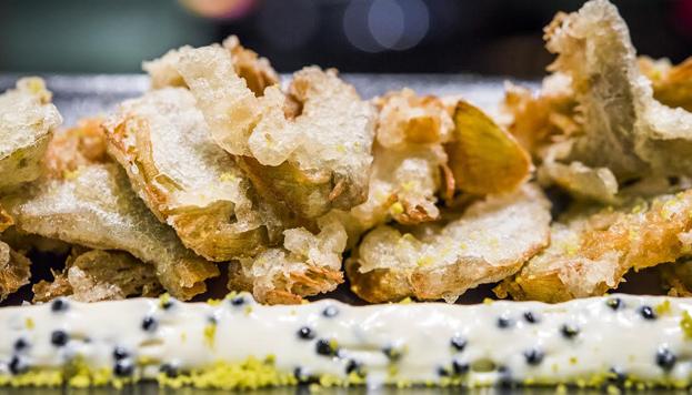 En la Barra de Sandó preparan las alcachofas en tempura con muselina de huevas de mújol.