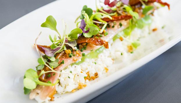 Y aquí, otro plato con humo: anguila ahumada con ricotta, tomates secos, brotes tiernos y quinoa crispy.