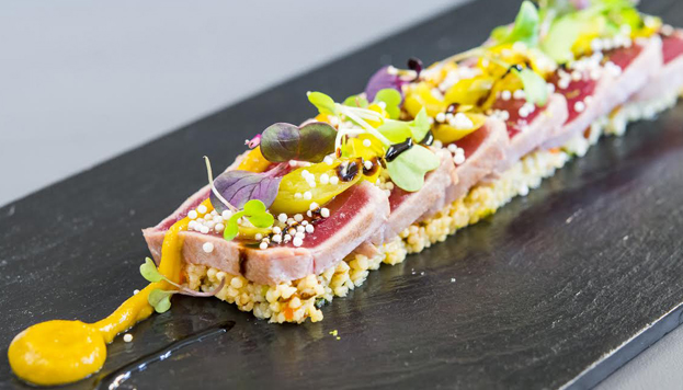 Una propuesta arriesgada y muy sabrosa: tataki de atún con cous cous, chutney de mango y piparras.