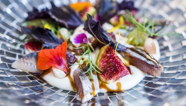Este es uno de esos platos que nunca se olvidan: sardinas ahumadas con ajoblanco de coco, higos, uvas y PX.