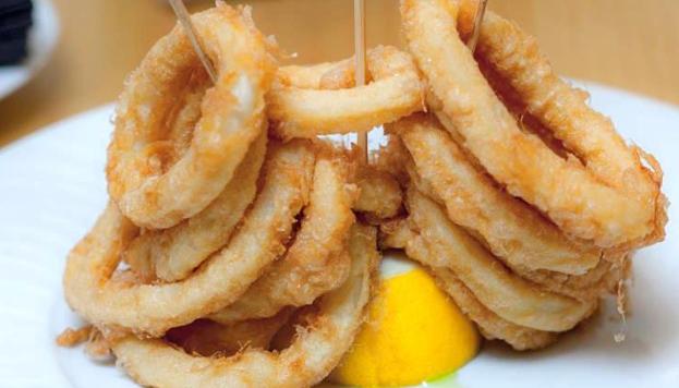 Aunque lo típico en Madrid es comérselos dentro de un bocata, también podemos pedir los calamares en formato ración.