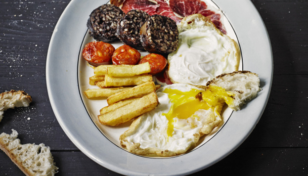 He aquí una receta mítica de La Carmencita: huevos fritos con chorizo y morcilla. Un clásico que no falla (© Pablo Zamora).