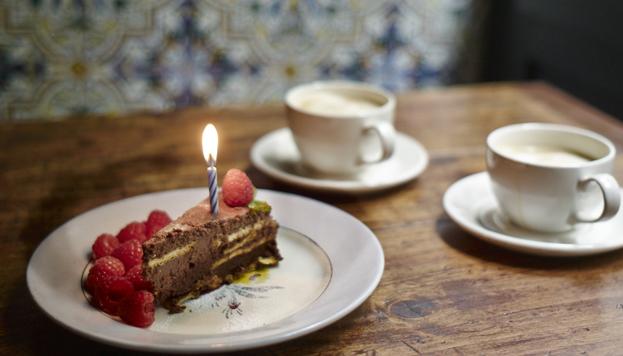 En La Carmencita sirven una tarta de cumpleaños de galleta y chocolate con velita y todo (©María Gorbeña).