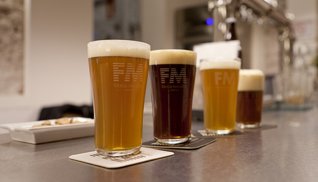En la Fábrica Maravillas de Malasaña solo sirven sus cervezas. ¡Prueba La Cabrona! Está hecha con higos secos y vainilla.