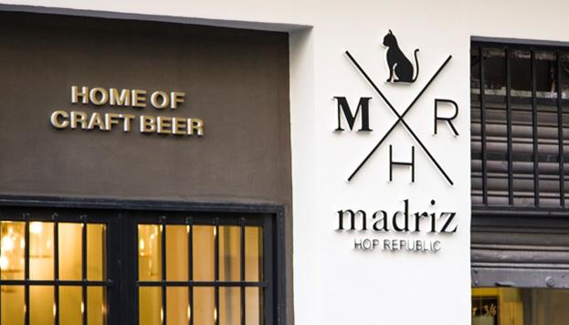 Madriz Hop Republic sirve sus propias cervezas artesanas inspiradas en Madrid, con el logotipo de un gato.