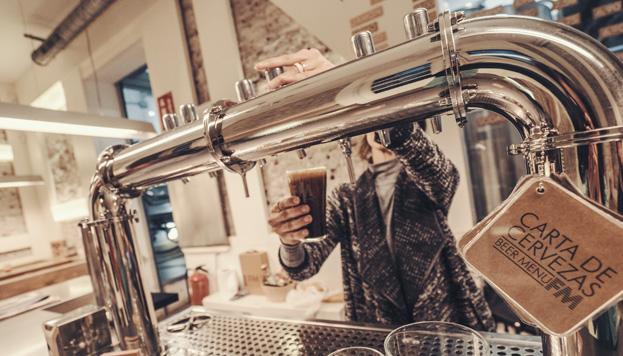 Las cervezas artesanas están de moda en Madrid. La Fábrica Maravillas es un buen lugar para probarlas.