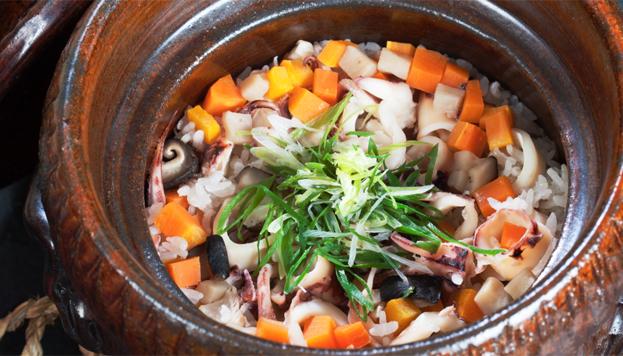 En Izariya el colorido arroz se guisa en cazuela de barro.