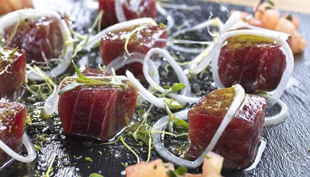 Este es el atún marinado de Macarela, otro restaurante imprescindible en esta ruta con sabor a mar.