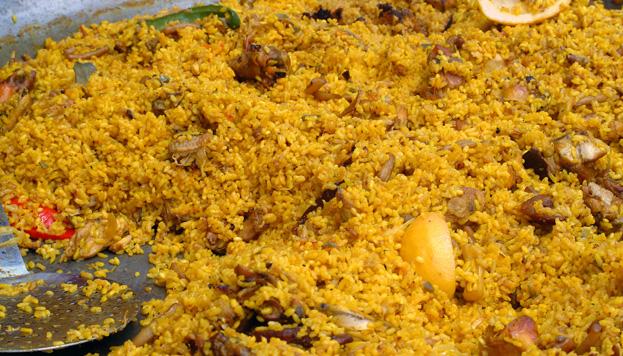 La paella es un plato típico de Valencia. La genuina debe llevar  pollo, conejo y verdura.