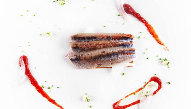 Estas sardinas ahumadas en tosta con queso de Arzúa, tomate y cebolleta las sirven en Alabaster.