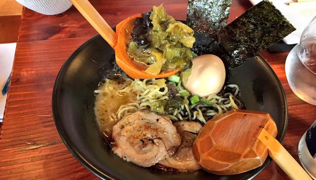 En Hattori Hanzo preparan este estupendo ramen de ajo negro. Es un plato especial... y contundente.