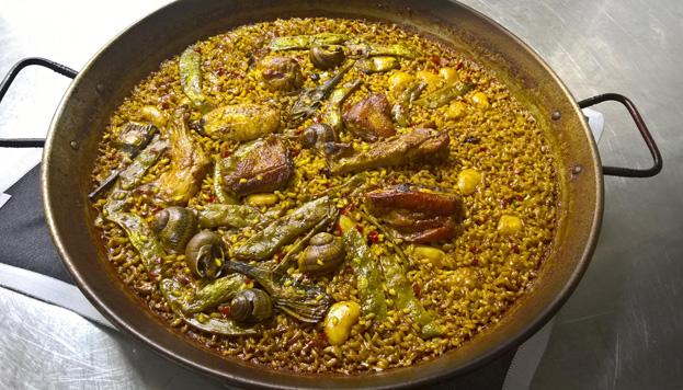 La paella valenciana de Que si quieres arroz Catalina hay que pedirla con tres horas de antelación.