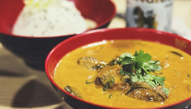 Y también muy coloridos son los platos de Tuk Tuk. Imprescindibles, los curries.