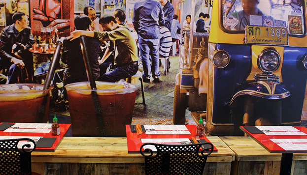 Tuk Tuk es un restaurante cien por cien street food asiática. Sus murales son muy coloridos.