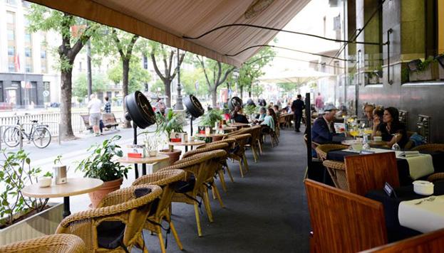 La Pecera, la terraza de abajo del Círculo, es el mejor lugar para ver la vida pasar en Madrid.