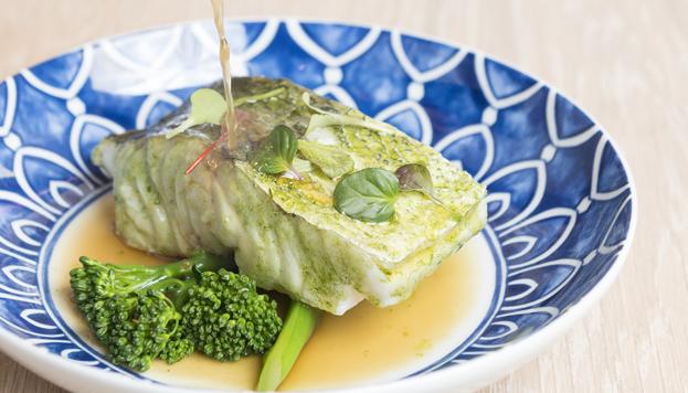 Así luce la merluza de Celeiro con un toque picante de rocotto y fondo de crema de kale.