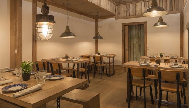 Las paredes y techos forrados de madera ayudar a crear un ambiente muy acogedor.
