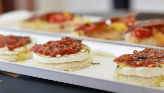 La tosta de tomate confitado con queso de cabra y vinagreta de albahaca del Bocaíto está exquisita.