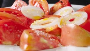 Un poco de aceite de oliva virgen extra, un poco de cebolleta, escamas de sal… ¡y a comer en el restaurante Ponzano!