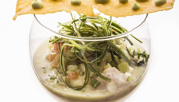 Aquí el aguachile lleva gambas, chanque, tomatillo verde, pepino, lima, cilantro, aguacate y chipotle.