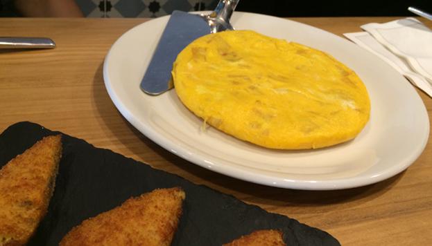 La Taberna Pedraza sirve una exquisita tortilla de patata al estilo Betanzos.