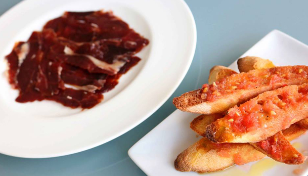 Un clásico que nunca falla en la Taberna Arzábal: jamón ibérico con pan con tomate.